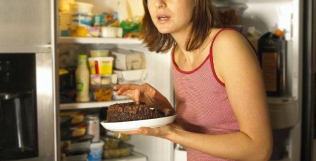 Почему во время месячных хочется много кушать